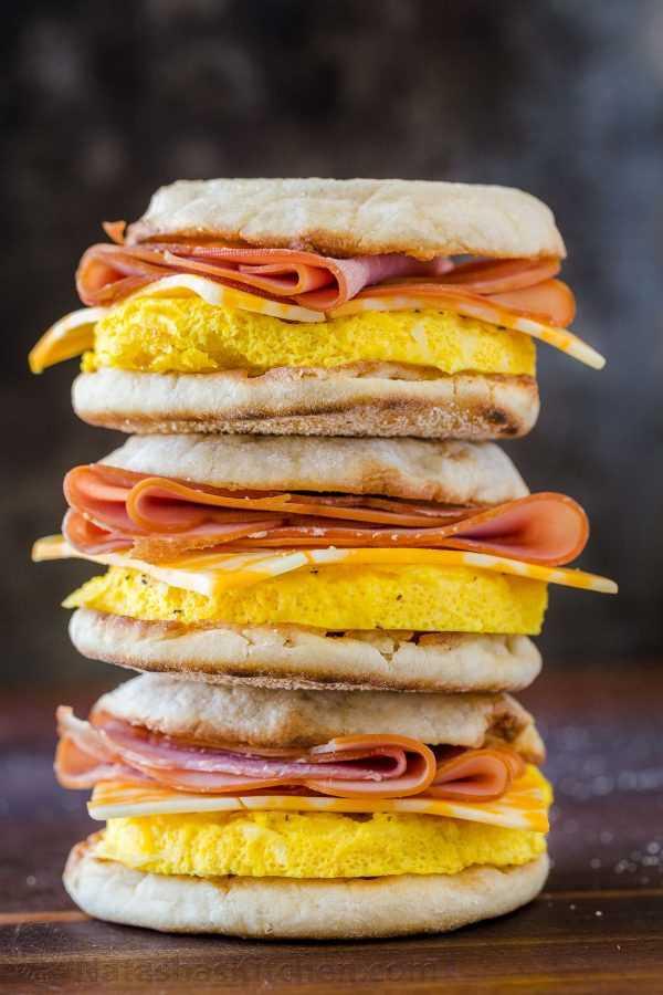 Pilha de sanduíches de café da manhã amigável congelador