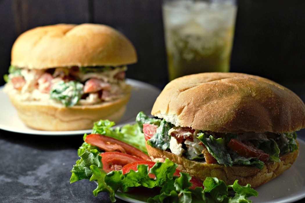 Sanduíches de salada de frango BLT