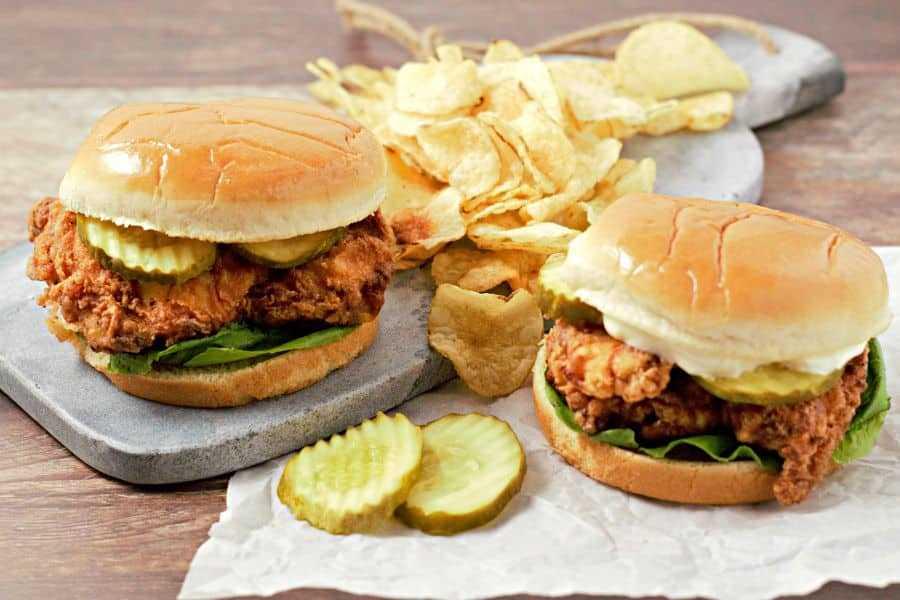Sandwiches de pollo frito crujiente y papas fritas fáciles