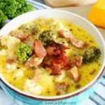 Sopa de coliflor y brócoli con queso y salchicha
