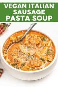 Sopa de macarrão italiano com linguiça vegana de uma panela! É saudável, rústico e comovente, com uma base cremosa de sopa de tomate e tomate, muitas ervas e alho, pedaços de linguiça vegana e macarrão. A melhor comida vegana reconfortante!