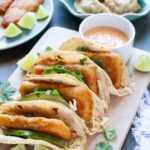 Tacos de pescado asiático con albóndigas de cerdo