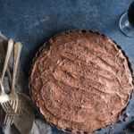 Tarta de mousse de chocolate con corteza de maní y pretzel {sin gluten}