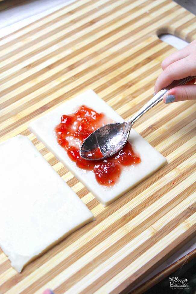 Extendiendo el relleno dentro de una tarta de pop
