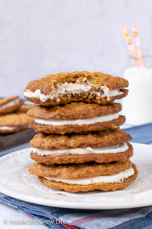 Tartas de crema de avena caseras: estas galletas de avena masticables con relleno de malvavisco son una copia perfecta de las golosinas compradas en la tienda. Gran receta para hacer postres u hornear.