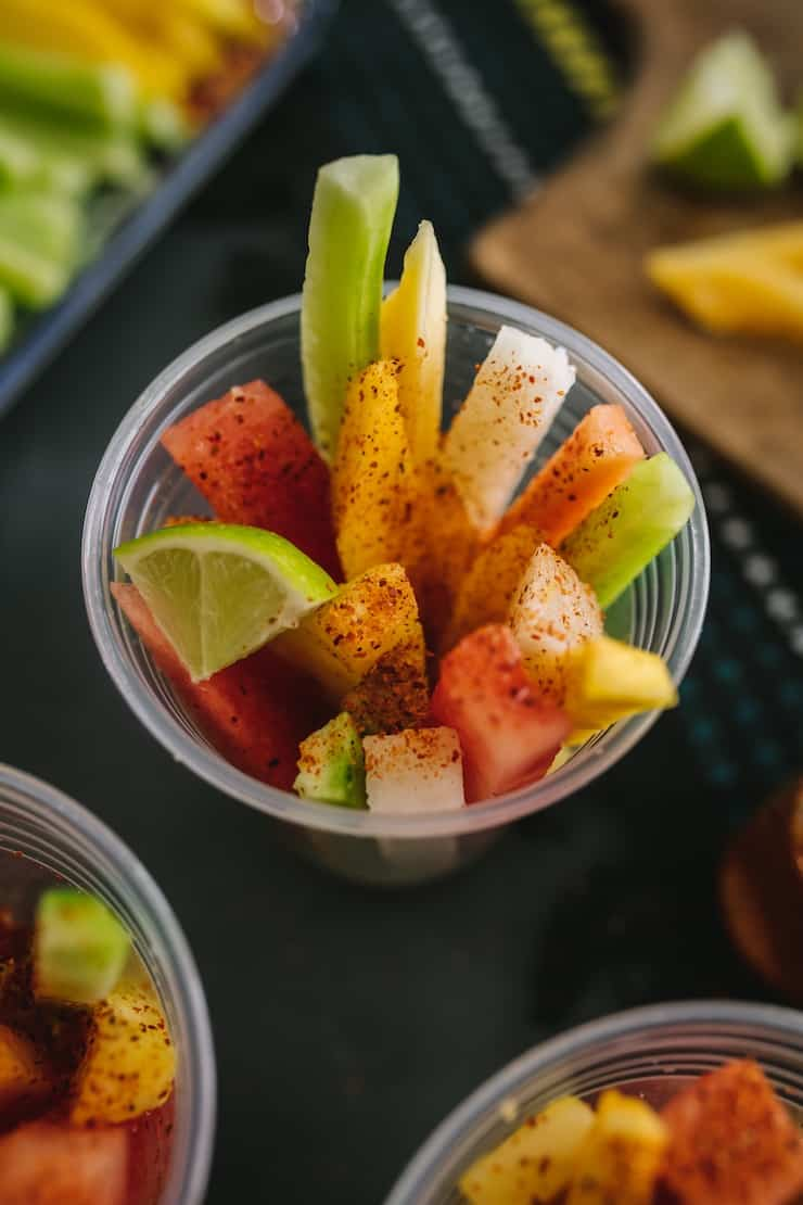 Tazas de frutas mexicanas espolvoreadas con Tajin