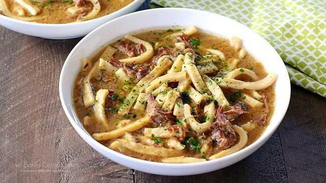 Carne cozida lentamente e macarrão - tão fácil e delicioso!