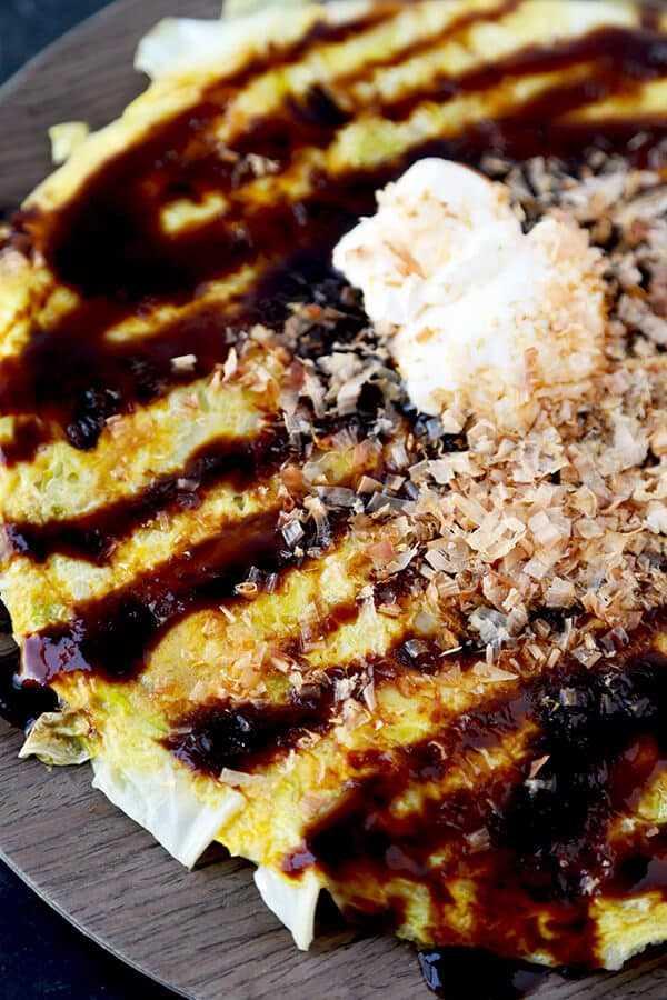 Omelet de estilo Okonomiyaki: no se necesita masa, ¡obtén todos los sabores de okonomiyaki menos los carbohidratos! Listo en menos de 15 minutos de principio a fin. Receta, desayuno, huevos, brunch, comida japonesa, pizza japonesa | pickledplum.com