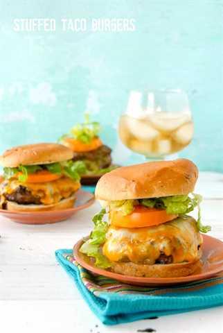 2 platos con hamburguesas de taco relleno