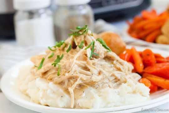 La receta de pollo y salsa Crockpot es la mejor comida reconfortante. Toneladas de pollo tierno y salsa hacen una cena increíble mientras son muy fáciles de preparar.