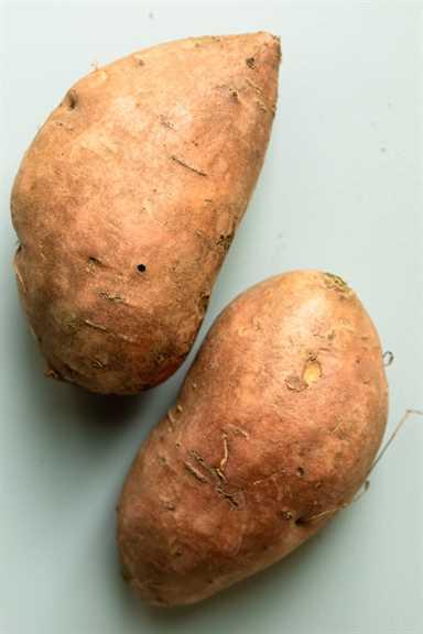 Dos batatas grandes para mostrar el grosor y el tamaño de las batatas preferidas para usar