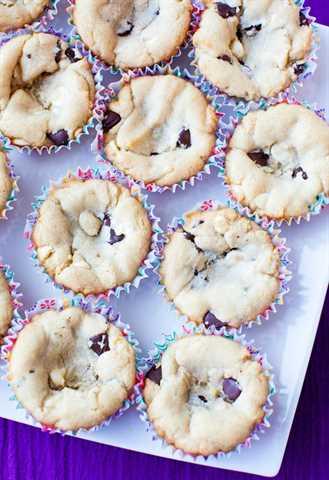 ¡La masa de galleta con chispas de chocolate que se hornea en un molde para muffins es la taza perfecta para sostener una gran bola de helado y dulce de azúcar caliente! ¡Rápido, fácil y el favorito de la familia!