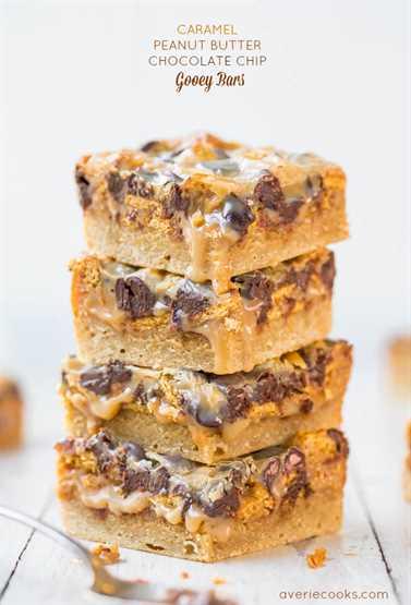 Barras pegajosas de chocolate con mantequilla de maní y caramelo - Mantenga las servilletas a mano para estas barras suaves y pegajosas que gotean con la mejor salsa de caramelo y mantequilla de maní. ¡Tan bueno!