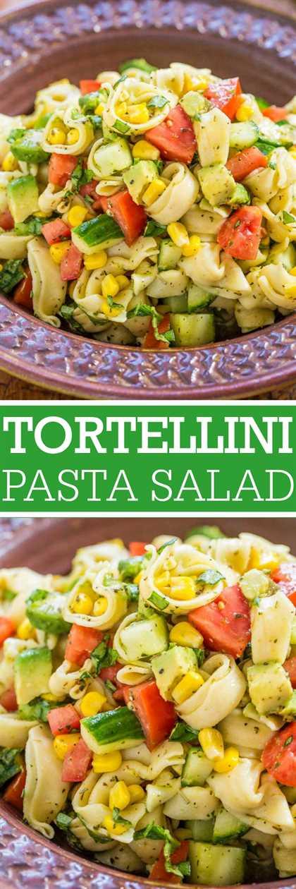 Ensalada de pasta Garden Tortellini fresca: jugosos tomates, pepinos y maíz con aguacate cremoso, albahaca y parmesano, mezclados con vinagreta de limón y tortellini de queso. ¡Saludable, fácil, listo en 15 minutos!