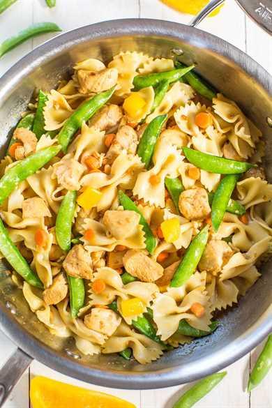 Pasta de pollo teriyaki y pajarita vegetal: ¡pollo jugoso cubierto con salsa teriyaki con verduras crujientes y crujientes! ¡Comida saludable y fácil de 20 minutos que es perfecta para las noches ocupadas!