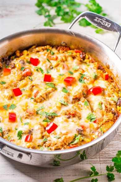 Quinua de enchilada de pollo con queso: ¡todo el sabor de las enchiladas de pollo, menos el trabajo de enrollarlas! ¡Jugoso pollo, maíz, frijoles negros, pimientos y un montón de queso derretido! ¡Fácil, una sartén, y listo en 30 minutos!
