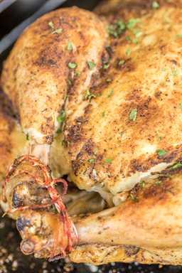 Pollo asado de cocción lenta: ¡sabe mejor que los pollos comprados en la tienda! Tan fácil. Frote las especias sobre el pollo y revuelva en la olla de cocción lenta. Coloque el pollo cocido debajo del asador por un momento para que la piel quede crujiente. Ideal para cenar o desmenuzar pollo y congelar para usar en guisos más tarde. ¡A todos les ENCANTÓ esta receta fácil de pollo de olla de cocción lenta!