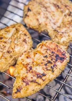 Pollo griego a la parrilla - pollo marinado en aderezo ranchero, aceite de oliva, jugo de limón, salsa inglesa y condimento griego - ¡prepara el mejor pollo que jamás hayas comido! Hacemos esto al menos una vez a la semana. ¡Duplica la receta de las sobras! ¡Es para morirse delicioso! #grilling #chicken #grilledchicken #chickenrecipe
