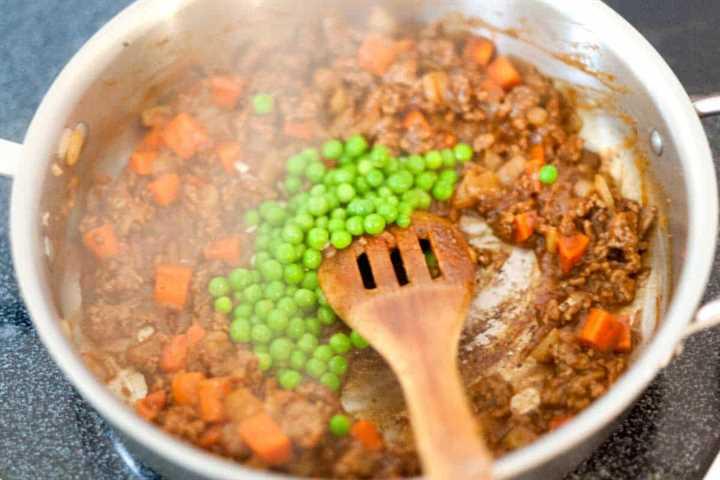 Hacer el relleno de carne y Guinness