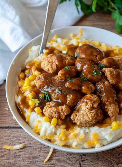 ¡Mmm! ¡Estos cuencos de puré de papa hogareños están cubiertos con pollo crujiente y una deliciosa salsa marrón! ¡TAN FÁCIL!