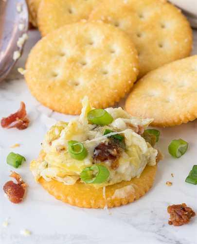 """¡Esta salsa de alcachofa con tocino y queso es solo de 5 ingredientes y es muy fácil de hacer! ¡Nunca quedan restos! """"Width ="""" 675 """"height ="""" 837 """"srcset ="""" https://iwashyoudry.com/wp-content/uploads/2016/11/Cheesy-Bacon-Artichoke-Dip-7.jpg 675w , https://iwashyoudry.com/wp-content/uploads/2016/11/Cheesy-Bacon-Artichoke-Dip-7-600x744.jpg 600w """"tamaños ="""" (ancho máximo: 675px) 100vw, 675px"""