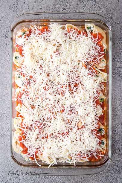 "Salsa marinara y mozzarella colocadas sobre las conchas de pasta rellenas. ""Class ="" lazyload wp-image-27365 ""srcset ="" https://cdn.shortpixel.ai/client/q_lossless,ret_img,w_680/https://www.berlyskitchen .com / wp-content / uploads / 2020/02 / Ricotta-Spinach-Stuffed-Pasta-Shells-7.jpg 680w, https://cdn.shortpixel.ai/client/q_lossless,ret_img,w_200/https:// www.berlyskitchen.com/wp-content/uploads/2020/02/Ricotta-Spinach-Stuffed-Pasta-Shells-7-200x300.jpg 200w ""datos-tamaños ="" (ancho máximo: 680px) 100vw, 680px"