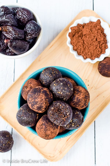 Bocaditos saludables de Brownie sin hornear: disfrute de un bocado de chocolate cuando desee algo dulce. Estas picaduras de energía de chocolate son fáciles de hacer y tienen un sabor increíble. #saludable #bites energéticos #browniebites #nobake #chocolate #figbars #glutenfree #vegan #paleo #energyballs