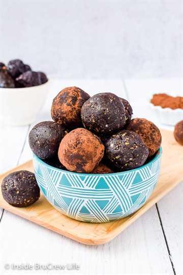 Bocaditos saludables de Brownie sin hornear: aún puede disfrutar el chocolate cuando come sano. Estas picaduras de brownie están hechas con ingredientes naturales y tienen un sabor increíble. #saludable #bites energéticos #browniebites #nobake #chocolate #figbars #glutenfree #vegan #paleo #energyballs