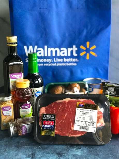 Ingredientes asiáticos de salteado de filete de pimienta frente a una bolsa Walmart