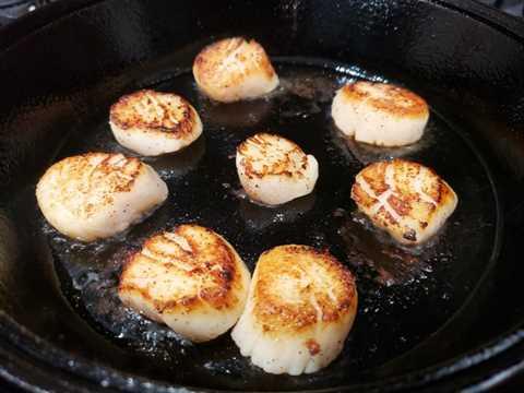 """8 vieiras en una sartén de hierro fundido """"srcset ="""" https://cdn1.zonacooks.com/wp-content/uploads/2019/01/Seared-Scallops-with-Spinach-and-Bacon-Recipe-for-Two -2.jpg 800w, https://cdn1.zonacooks.com/wp-content/uploads/2019/01/Seared-Scallops-with-Spinach-and-Bacon-Recipe-for-Two-2-500x375.jpg 500w , https://cdn1.zonacooks.com/wp-content/uploads/2019/01/Seared-Scallops-with-Spinach-and-Bacon-Recipe-for-Two-2-320x240.jpg 320w, https: // cdn1.zonacooks.com/wp-content/uploads/2019/01/Seared-Scallops-with-Spinach-and-Bacon-Recipe-for-Two-2-480x360.jpg 480w, https://cdn1.zonacooks.com /wp-content/uploads/2019/01/Seared-Scallops-with-Spinach-and-Bacon-Recipe-for-Two-2-720x540.jpg 720w, https://cdn1.zonacooks.com/wp-content/ uploads / 2019/01 / Seared-Scallops-with-Spinach-and-Bacon-Recipe-for-Two-2-735x551.jpg 735w """"tamaños ="""" (ancho máximo: 800px) 100vw, 800px"""