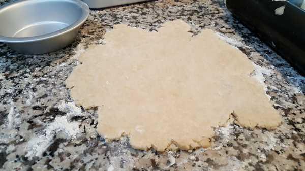 """Pastel de calabaza para dos lotes pequeños de recetas: extienda la masa """"srcset ="""" https://cdn1.zonacooks.com/wp-content/uploads/2017/09/Pumpkin-Pie-for-two-recipe-small-batch- 3.jpg 1000w, https://cdn1.zonacooks.com/wp-content/uploads/2017/09/Pumpkin-Pie-for-two-recipe-small-batch-3-500x282.jpg 500w """"tamaños ="""" ( ancho máximo: 1000px) 100vw, 1000px"""