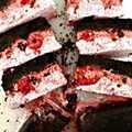 Pastel de chocolate y frambuesa congelado: ¡este pastel de congelador de lotes pequeños tiene tres capas deliciosas y refrescantes y es el regalo perfecto en un cálido día de verano! La corteza de miga de Oreo se cubre con sorbete de frambuesa, frambuesas frescas y chispas de chocolate, y luego se cubre con una mezcla fresca de helado de frambuesa y vainilla.