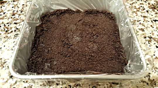 "Corteza Oreo presionada en el molde ""srcset ="" https://juegoscocinarpasteleria.org/wp-content/uploads/2020/03/1583058664_946_Pastel-de-chocolate-y-frambuesa-Receta-de-lote-pequeno.jpg 900w, https: / /cdn1.zonacooks.com/wp-content/uploads/2017/06/Frozen-Raspberry-Chocolate-Cake-small-batch-3-500x281.jpg 500w ""tamaños ="" (ancho máximo: 900px) 100vw, 900px"