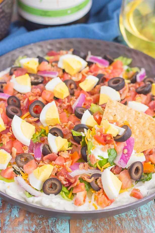 Esta salsa para ensalada Cobb es el aperitivo perfecto para fiestas, eventos y reuniones. ¡Una sabrosa salsa de rancho está cargada con los sabores clásicos de una ensalada Cobb y seguramente impresionará incluso a los más exigentes!