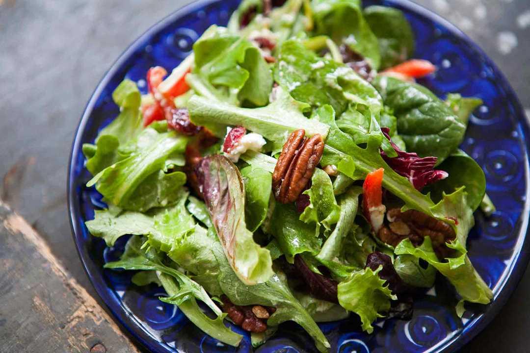 Ensalada verde mixta con nueces, queso de cabra, vinagreta de miel y mostaza