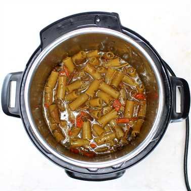 Instant Pot Pork Ragu - Pasta y zanahorias hirviendo