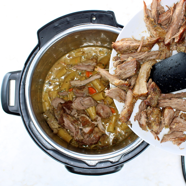 Instant Pot Pork Ragu: doblar el hombro de cerdo en la olla instantánea