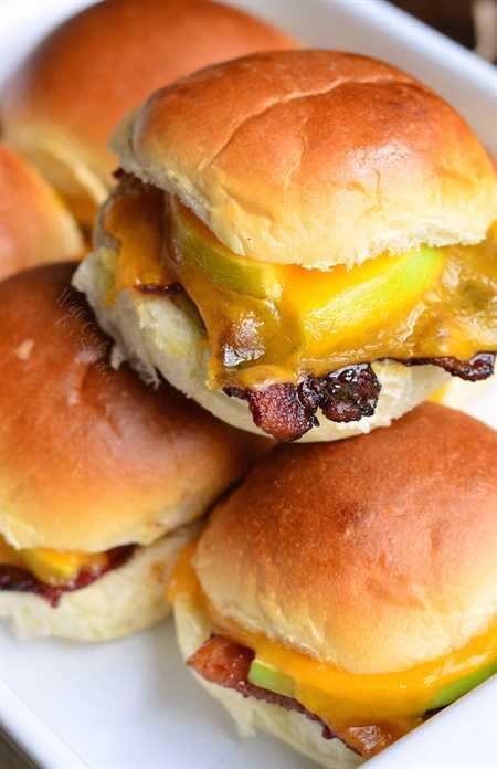 Deslizadores horneados con queso cheddar y tocino de manzana. de willcookforsmiles.com