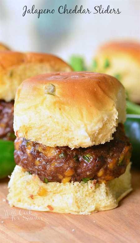 Jalapeño Cheddar Sliders. DELICIOSAS hamburguesas de queso con una patada de jalapeños y queso mezclados.