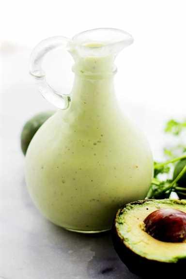 Aderezo ligero y cremoso de ensalada de aguacate y lima | www.diethood.com | Aderezo de ensalada de aguacate picante, suave y aligerado con jugo de lima y yogur cremoso.