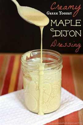 Aderezo cremoso de ensalada de yogur griego de arce Dijon: es muy fácil preparar su propio aderezo rico, cremoso pero aún ligero y saludable | cupcakesandkalechips.com | receta sin gluten