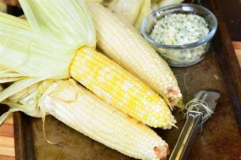 asar el maíz en las hojas y quitar las hojas