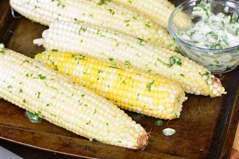 frotar maíz en mantequilla de hierbas