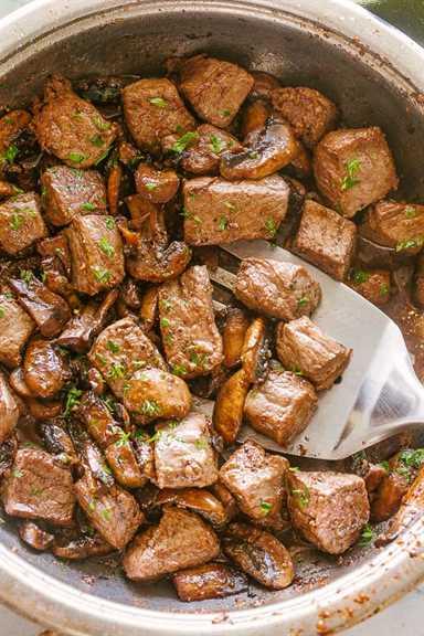 """Sartén con filete y champiñones. """"Width ="""" 640 """"height ="""" 960 """"data-pin-description ="""" Bocaditos de filete de mantequilla de ajo con champiñones - Bocaditos de filete jugoso con deliciosos champiñones caramelizados cocinados en una deliciosa salsa de mantequilla de ajo. ¡Una receta de una sartén que es TAN simple de hacer y está lista en menos de 20 minutos! # picaduras de filete # ajo # mantequilla # recetas fáciles # steakdinner"""