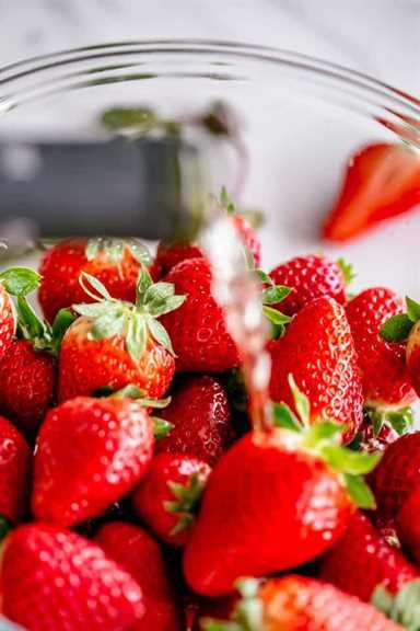"""Fresas empapadas de champán """"width ="""" 640 """"height ="""" 960 """"data-pin-description ="""" Fresas de champán: fresas brillantes, deliciosas y borrachas cubiertas de azúcar. ¡Tu súper rápido y divertido regalo de San Valentín! # fresas #boozydesserts #valentinesday"""