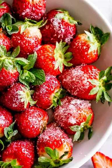 "Fresas con champán ""width ="" 640 ""height ="" 960 ""data-pin-description ="" Fresas con champán: fresas brillantes, deliciosas y borrachas cubiertas de azúcar. ¡Tu súper rápido y divertido regalo de San Valentín! # fresas #boozydesserts #valentinesday"