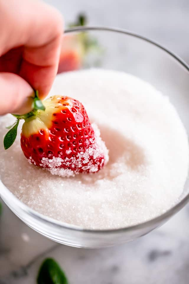 "Fresas azucaradas ""width ="" 640 ""height ="" 960 ""data-pin-description ="" Fresas con champán: fresas brillantes, deliciosas y borrachas cubiertas de azúcar. ¡Tu súper rápido y divertido regalo de San Valentín! # fresas #boozydesserts #valentinesday"