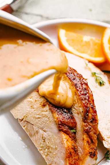 """Verter la salsa sobre las rebanadas de pavo. """"Width ="""" 640 """"height ="""" 960 """"data-pin-description ="""" Receta de salsa de pavo - ¡Transforma esas deliciosas gotas de pavo en una deliciosa salsa de pavo en solo minutos! No hay nada mejor que una buena y antigua receta de salsa de pavo. La salsa casera es oro líquido y no hay sustituto. # salsa #acción de gracias #turquía"""