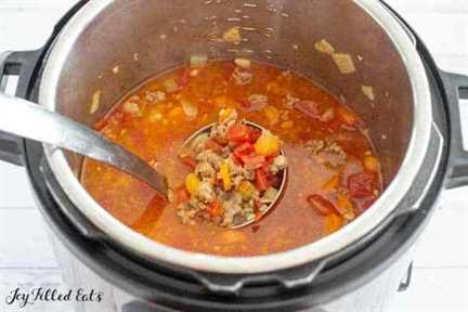 un cucharón levantando un poco de sopa
