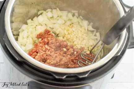 chorizo, cebolla y ajo en la olla a presión